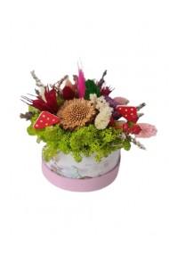Mini-aranjament in cutie roz cu licheni, flori uscate si flori criogenate