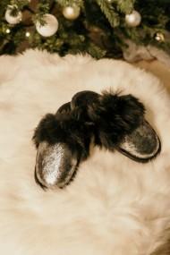 Papuci de casa din blana pufoasa naturala de miel si talpa moale culoare argintiu